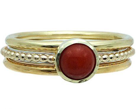 Bloedkoraal op goud en zilver ring met 2 gouden aanschuifringen