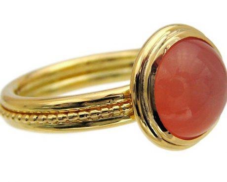 Maansteen oranje cabochon geslepen op gouden ring