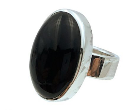 Onyx cabochon geslepen in zilver ring