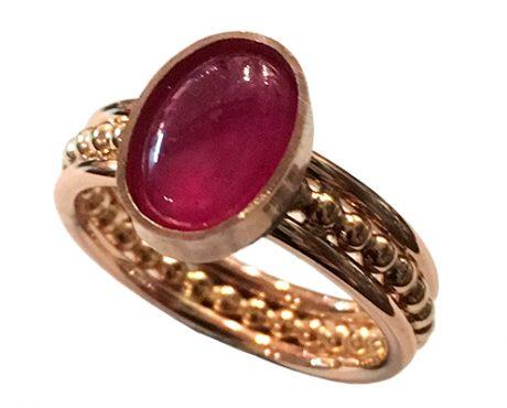 Robijn cabochon op roodgouden ring